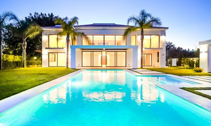 New video of our magnificent villa Alegria located in urb. Casasola