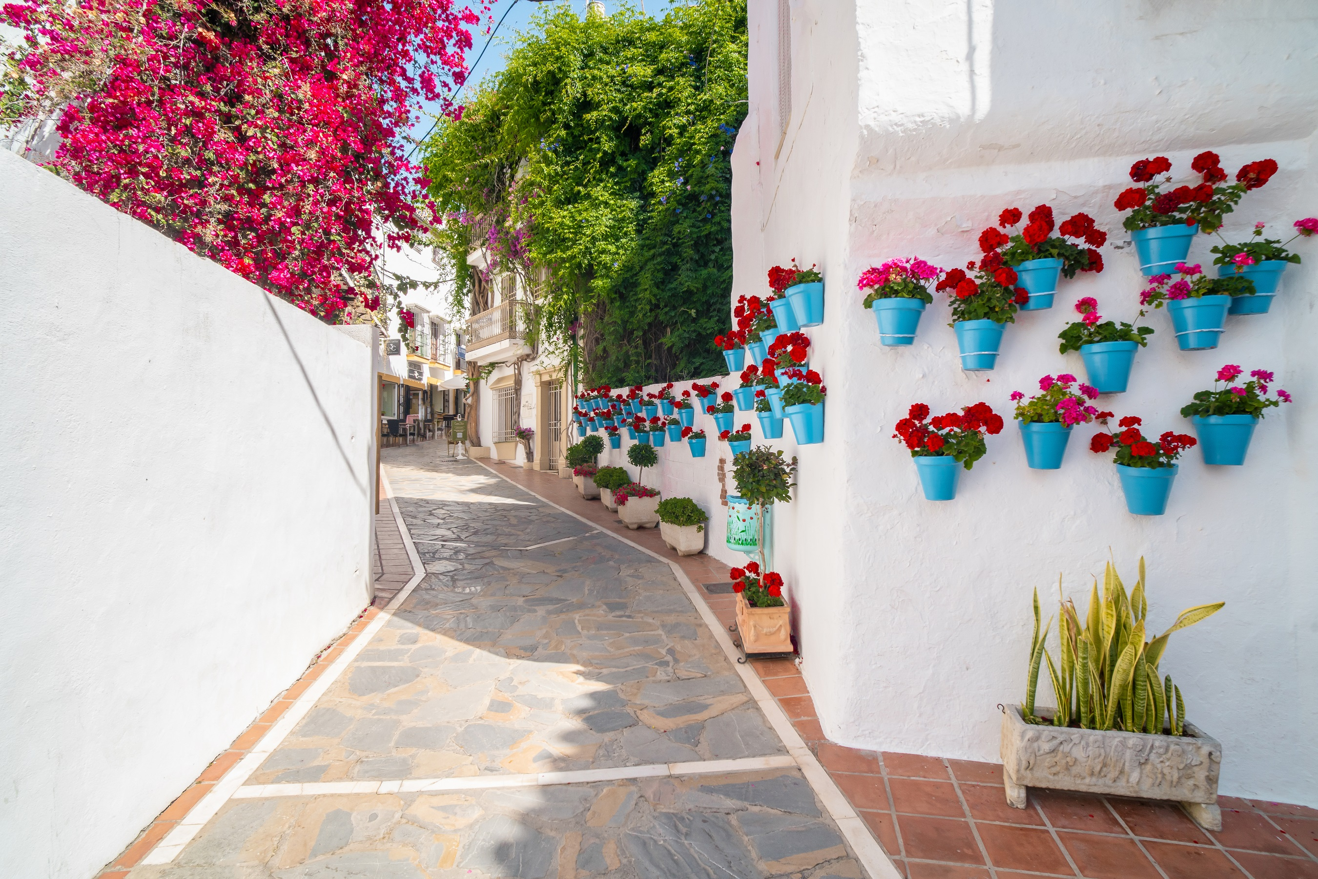 he city began to develop from the middle of the last century, and literally in 70 years, Marbella from a fishing village with a population of less than a thousand people, has turned into a luxury resort!